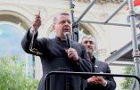 L'abbé Bouchacourt et Joseph Fadelle récitent ensemble une dizaine de «Je vous salue Marie»