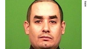 L'officier <b>Rafael Ramos</b> était assis sur le siège du conducteur. - policier-rafael-ramos-