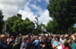 Ploërmel – Les Bretons manifestent pour sauver la statue de Jean-Paul II qui dérange les laïcistes