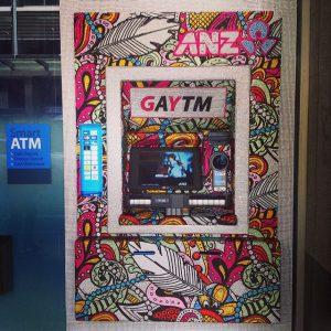 Le groupe ANZ (Australia and New Zealand Banking Group) est le troisième groupe bancaire australien et est actif sur tout le continent océanien. Ses distributeurs de billets avaient été redécorés pour la gay pride...
