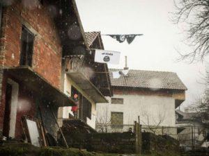 Drapeaux de l'Etat Islamique sur les maisons de Gornja Maoca