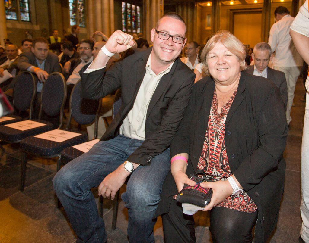 Le député belge d'extrême gauche Raoul Hedebouw posant avec la fille de Che Guevara lors d'un meeting d'extrême gauche en pleine Basilique du Sacré-Cœur de Bruxelles