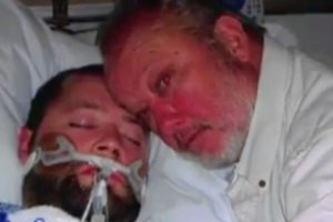 George Pickering auprès de son fils lorsque celui-ci était dans le coma