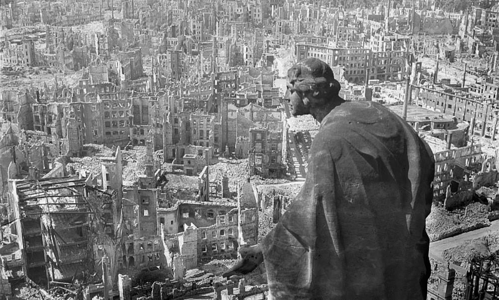 : Vue de Dresde après les bombardements de terreur. Seule subsiste la statue de Notre-Dame.
