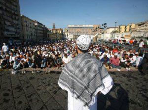 Musulmans en prière, place du marché à Naples, pour fêter la fin du Ramadan.