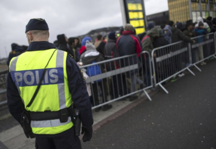 suede-police-migrants