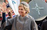 Croix gammées sur le manteau de la reine des Pays-Bas en visite en Allemagne?