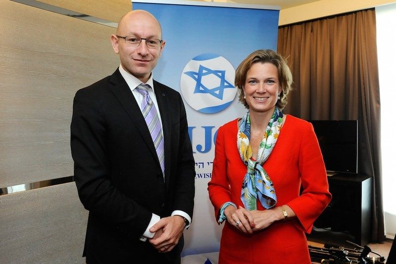 Katharina von Schnurbein avec Arsen Ostrovsky, directeur de recherche de l'Israeli Jewish Congress dont le logo apparaît en arrière-fond