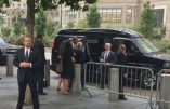 Hillary Clinton titube lors d'une cérémonie à New York (Vidéo). Des rumeurs courent sur sa santé: quintes de toux et convulsions (Vidéos)