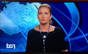 presentatrice-croix-cou