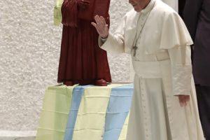 Pope Francis arrives for an audience with Lutheran pilgrims in the Paul VI Hall at the Vatican, Thursday, Oct. 13, 2016. (AP Photo/Alessandra Tarantino) - Le pape François devant la statue de Luther exposée au Vatican