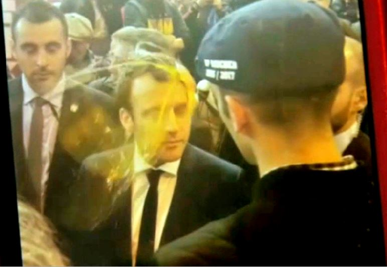 Macron re oit un uf en pleine face au salon de l for Macron salon agriculture oeuf