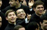 Le Vatican étudie la possibilité d'incardiner des prêtres dans les mouvements laïcs