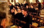 Vidéo – Honneur aux jeunes catholiques venus réparer le sacrilège à l'église Notre-Dame des Blancs Manteaux