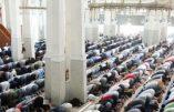Fedeli islamici riuniti in preghiera alla Moschea di Roma. ANSA/CLAUDIO PERI