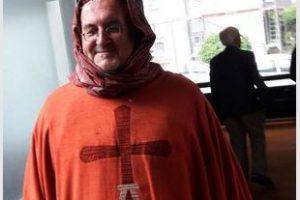 Un curé allemand se coiffe d'un foulard pendant la messe en solidarité avec les musulmanes voilées