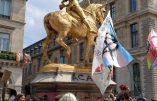 Les militants homosexuels s'en prennent à la statue de Jeanne d'Arc durant leur «Marche des Fiertés»