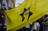 Armés de bâtons et cagoulés, des militants de la Ligue de Défense Juive menacent des journalistes devant le siège de l'AFP