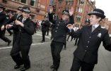 Des policiers britanniques en uniforme et en service dansent à la gay pride…