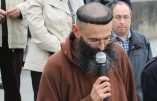 Synode – Prière devant la Nonciature à Paris (RP Pierre, moine capucin)
