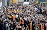 Impressionnant chemin de Croix public dans les rues de Lviv dans l'ouest de l'Ukraine