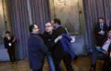 Un ouvrier évacué : il tentait d'offrir un bleu de travail au bankster Emmanuel Macron