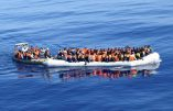Les bateaux de la marine française escortent des canots de migrants