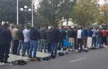 Clichy : des musulmans prient devant la mairie et l'imam appelle à combattre les «associateurs» (les chrétiens)