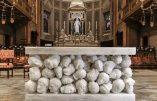 La désacralisation de l'Église conciliaire:  l'autel morbide d'une basilique italienne