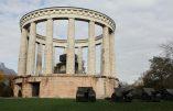 Le Grand remplacement en marche: le mausolée d'un héros italien gardé par des migrants