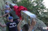 Des militants d'Egalité & Réconciliation érigent une Croix au sommet du Roc Saint Sauveur