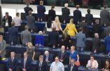 Les eurodéputés du Brexit Party tournent le dos durant l'hymne européen