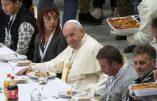 Le pape offre le déjeuner à des pauvres: exclue la viande de porc pour ne pas offenser les musulmans