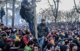 Des militaires turcs parmi les foules d'immigrés qui tentent de pénétrer en Grèce
