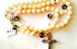 Bijoux et chapelets vendus au profit de l'ACIM