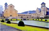 La fameuse abbaye Notre-Dame d'Orval, située dans les Ardennes, enveloppée d'une brume hivernale © Divine Box
